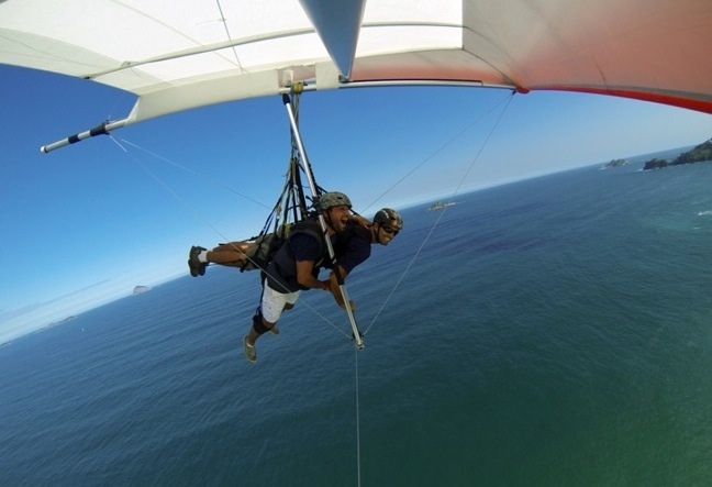 The tandem flight hang gliding in Rio de Janeiro happens in the gliding ramp of Pedra Bonita